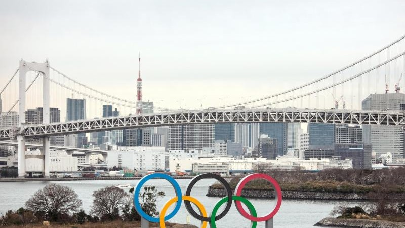 Riesige olympische Ringe in Bucht von Tokio