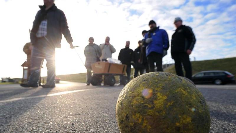 Polizei verteilt Warnwesten an Boßelspieler