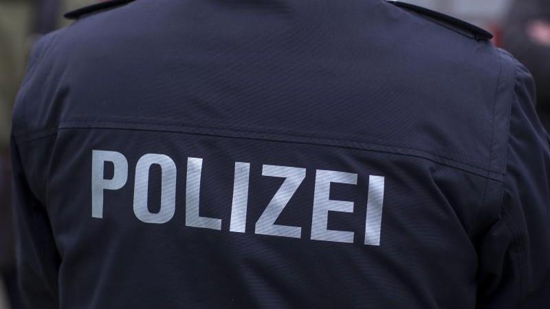Bewaffnete Senioren bedrohen Mann: Festnahme