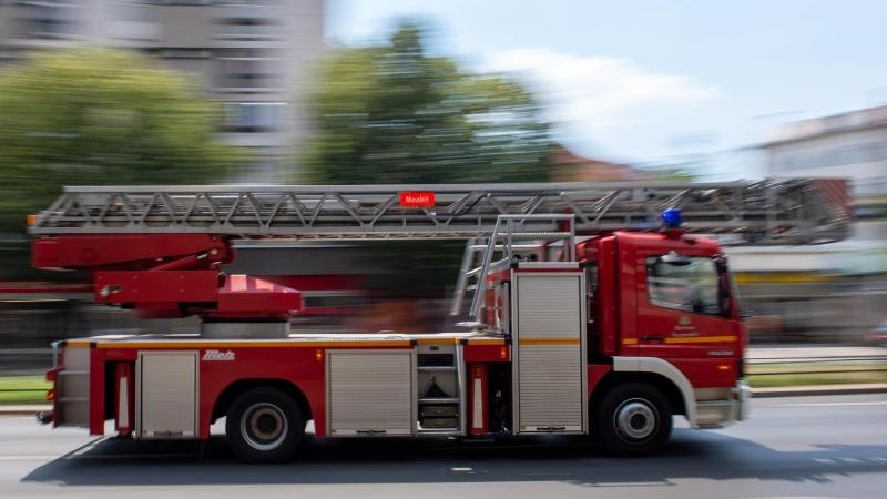 Männer retten sich vor Dachstuhlbrand aus dem Fenster