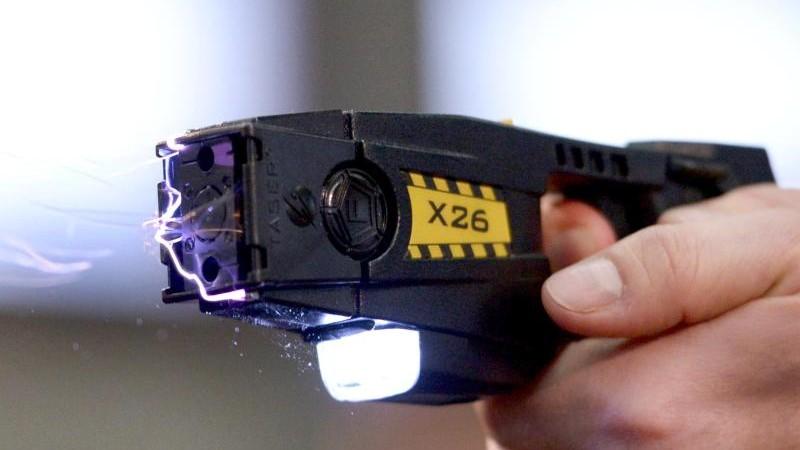 FDP fordert Elektroschock-Waffen für Hamburger Polizei