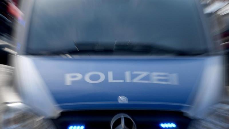 Mann beißt einem Polizisten ins Bein