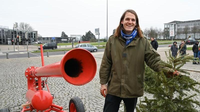 Künstler schießt Weihnachtsbäume über Friedrichsplatz