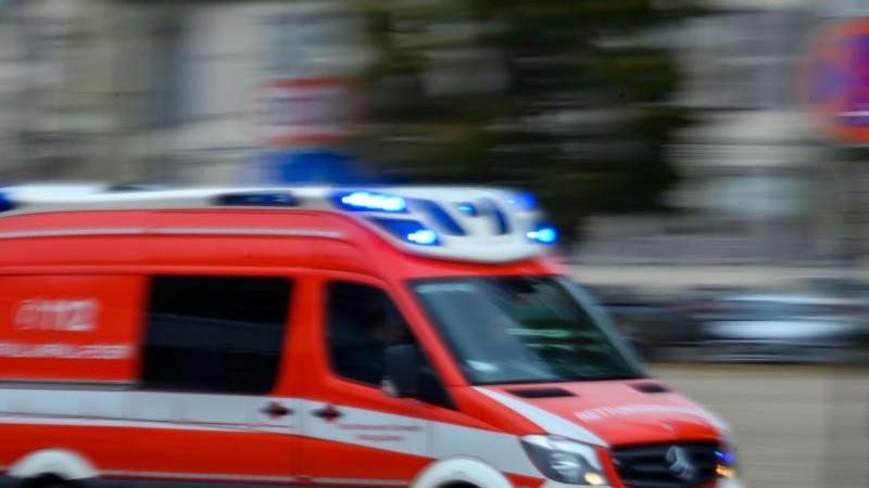 Auto erfasst Passant an Zebrastreifen: Schwere Verletzungen
