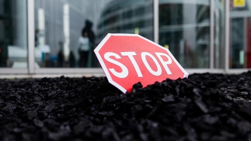 Datteln 4: Demonstranten kippen Kohle vor Uniper-Zentrale