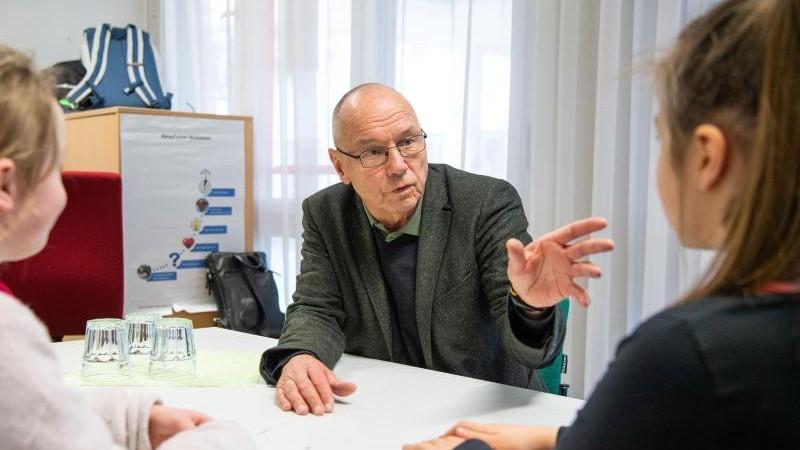 Senioren helfen bei Konflikten in der Schule