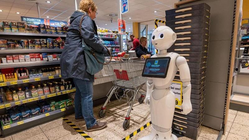 Abstand wahren: Roboter spricht Kunden in Kassenzone an