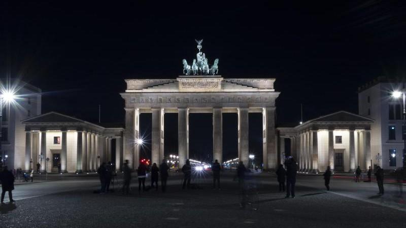 Licht aus für den Klimaschutz: Brandenburger Tor im Dunkeln