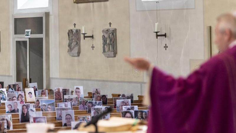Gottesdienst im Livestream: Fotos der Gemeinde auf Bänken