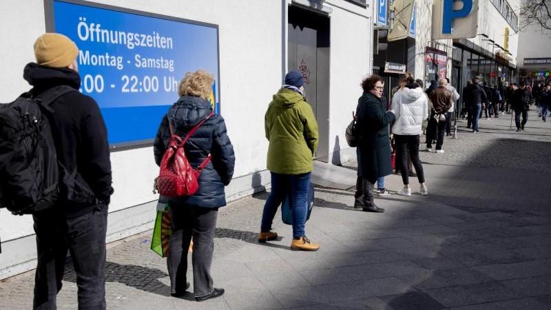 Bei Einkäufen am Wochenende: Nicht alle halten Abstand