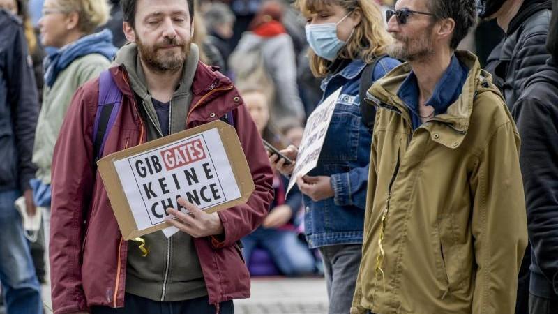 Verletzter bei Protesten: Polizei trennt Linke und Rechte
