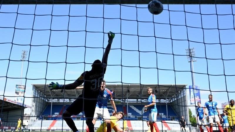 Fussball Hamburg Kiels K O In Der Nachspielzeit Niederlage Gegen Bielefeld Sport Sz De