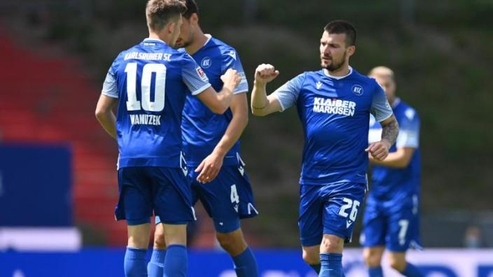 Fußball - 1:1 beim KSC: FC St. Pauli verteidigt Vorsprung - Sport ...