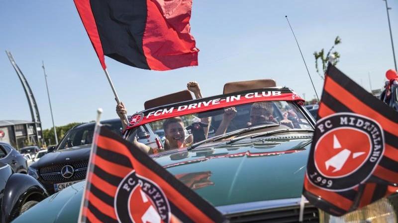 Hunderte Fans beim Fußball-Autokino in Dänemark
