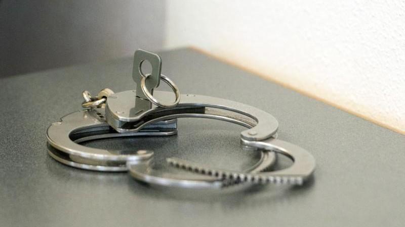 Flüchtige Einbrecher am Flughafen Amsterdam festgenommen