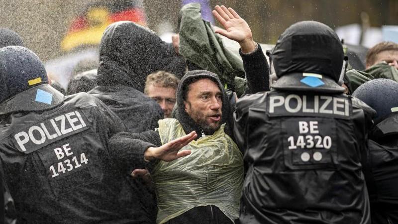 Demonstrationen - Berlin - Polizei verteidigt Wasserwerfer bei Corona-Demo  - Politik - SZ.de