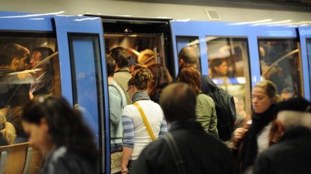 Möglicher Streik zur Wiesn-Zeit: Es wurde eng am Mittwochabend: Dicht gedrängtstehen Fahrgäste am Hauptbahnhof auf dem U-Bahnsteig.