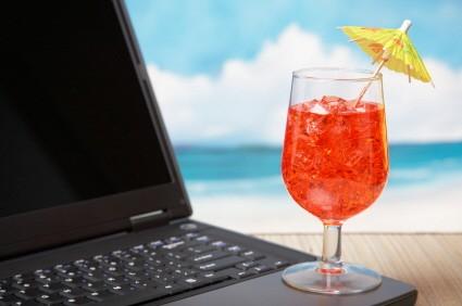 Cocktail auf Laptop