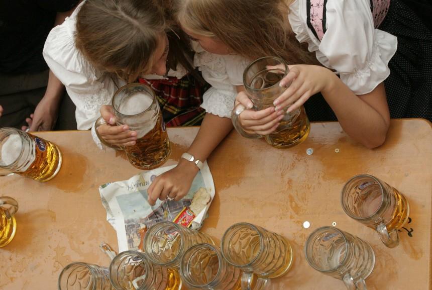 Frauen im Bierzelt auf dem Oktoberfest in München, 2006