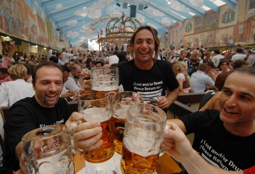 Bierzeltbesucher auf dem Oktoberfest in München, 2009