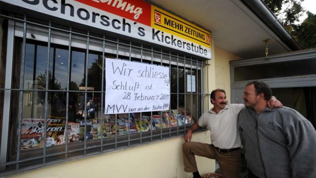Kiosk in Zorneding: Weniger Service in Zorneding:Pächter Georg Madl (links)schließt seinen Kiosk.