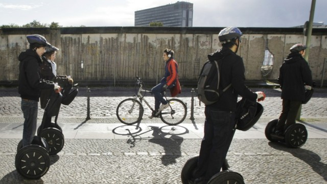 Stehroller: Jimi Heselden: Eine Touristengruppe auf Segways in Berlin