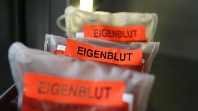 Doping - Beutel mit Eigenblut liegen in einem Kühlfach