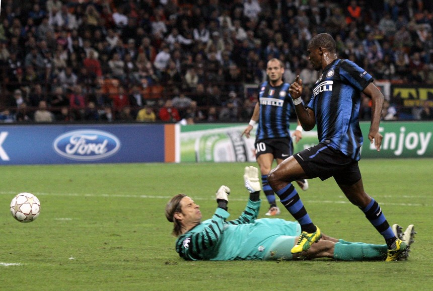 Inter Milan's Eto'o shoots to score past Werder Bremen's Wiese during their Champions League Group A soccer match at the San Siro stadium in Milan