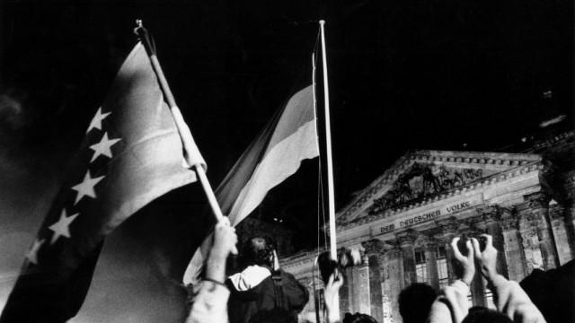 Einheitseuphorie vor dem Berliner Reichstagsgebäude am 3. Oktober 1990, Foto Regina Schmeken