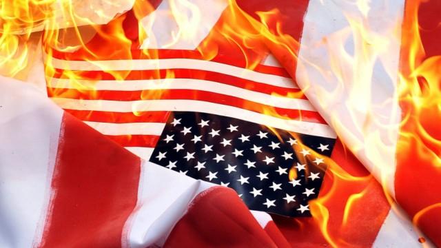 Muslime verbrennen US-Flaggen