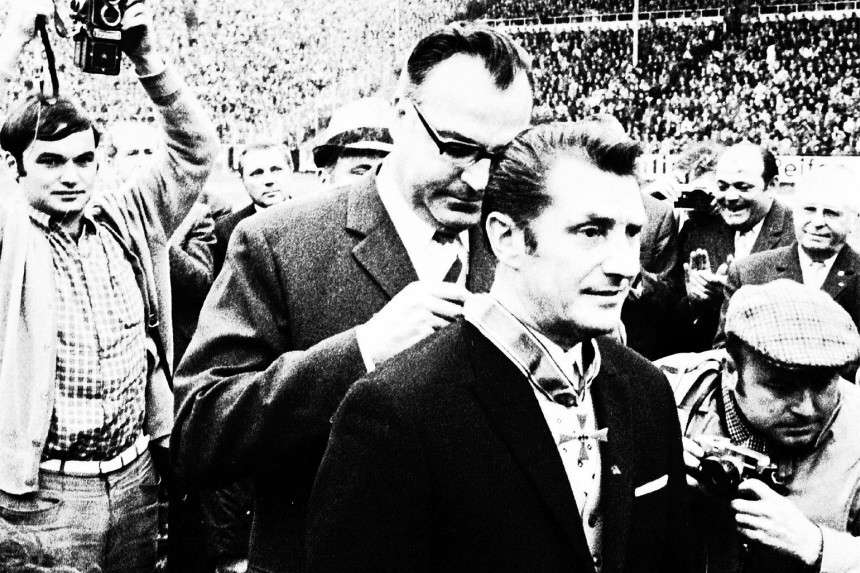 Helmut Kohl ehrt Fritz Walter, 1970