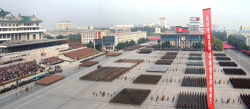 Nordkoreas Machthaber nimmt Parade ab