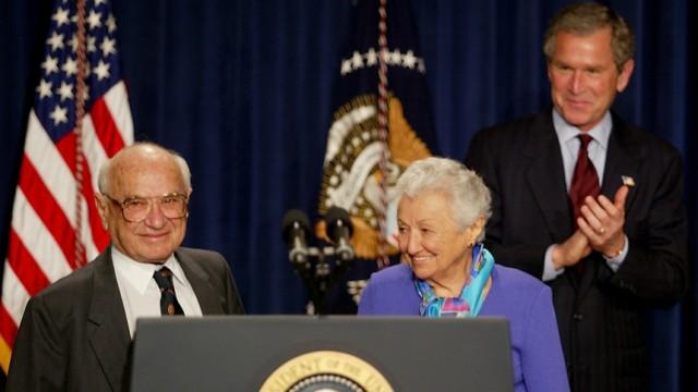 Milton Friedman zum 100. Geburtstag: Der damalige US-Präsident George W. Bush ehrt den Ökonom und Nobelpreisträger Milton Friedman an seinem 90. Geburtstag. Neben ihm steht seine Ehefrau Rose. Am 31. Juli 2012 wäre Friedman einhundert Jahre alt geworden.