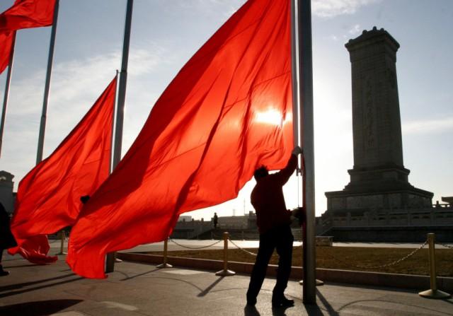Rote Fahnen auf dem Platz des himmlischen Friedens in Peking, 2005