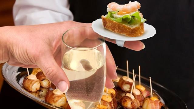 Die Kochkünste der Gastgeber angemessen zu loben, kann durchaus ansrengend sein.