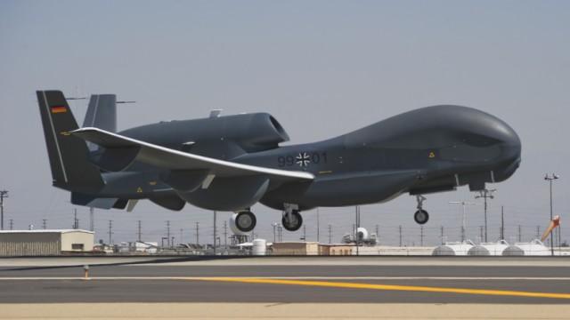 Waffentechnik: Die unbemannte Drohne Eurohawk hat die Spannweite eines Verkehrsflugzeugs und ist so lang wie ein Linienbus. Das wirft die Frage auf: Wer greift ein, wenn das Fluggerät im deutschen Luftraum außer Kontrolle gerät?