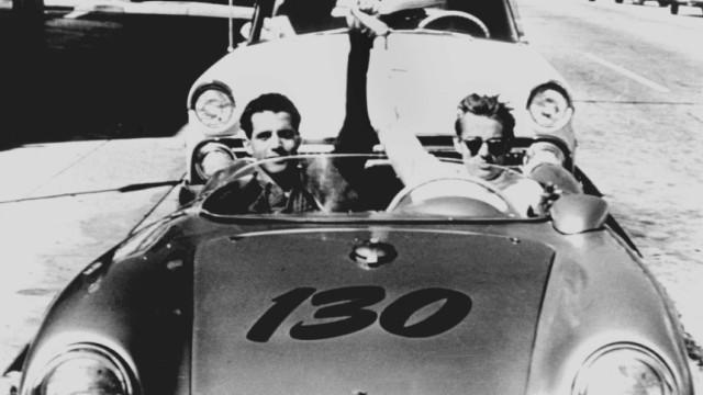 James Dean (rechts) mit einem Mechaniker in seinem Porsche 550 Spyder. Der Schauspieler stirbt am 30. September 1955 nach einem Autounfall auf dem Weg ins Krankenhaus.