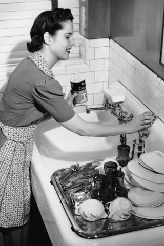 Frau putzt Waschbecken/Geschirr 1950 Fünfzigerjahre