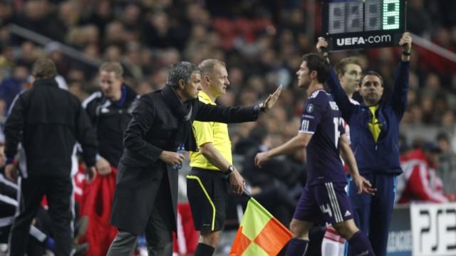 Platzverweise für Real Madrid: Schmierenkomödie oder Zufall? Real-Trainer Mourinho sieht zu, wie sein Mittelfeldspieler Xabi Alonso nach einem Platzverweis das Feld verlässt.