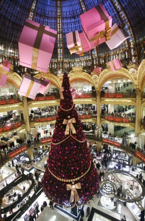 Weihnachtsbaum in den Galeries Lafayette in Paris