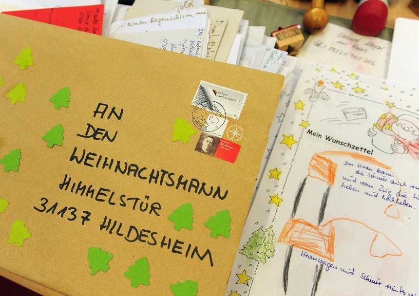 In der Postfiliale Himmelsthuer werden Tausende Briefe aus der ganzen Welt beantwortet