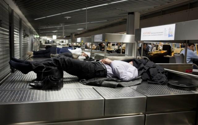 Übernachten auf dem Flughafen Schlafen Passagiere Terminal