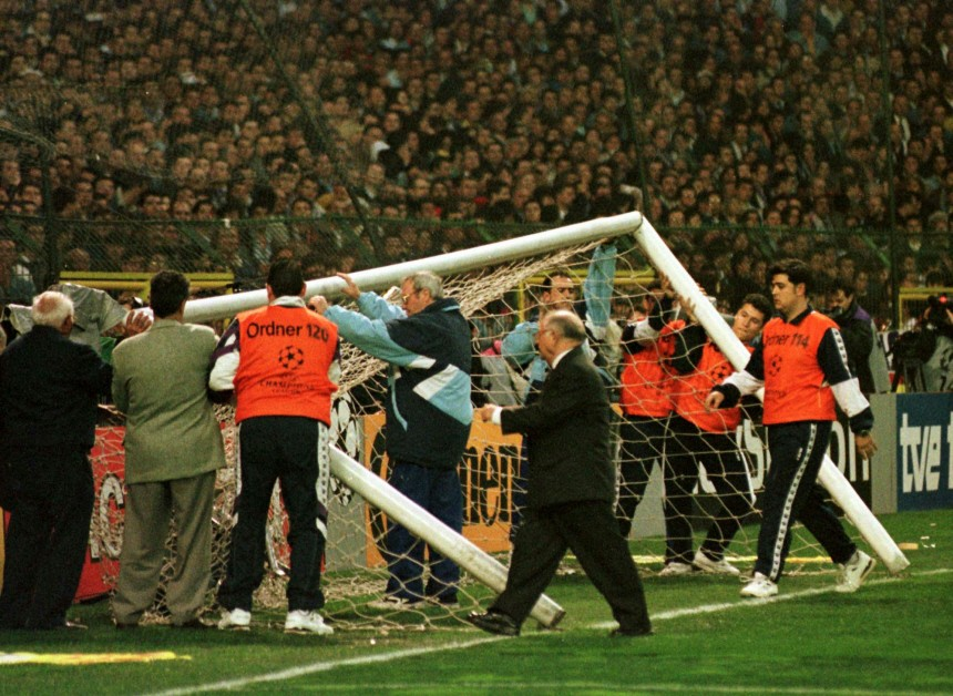Helfer richten das Tor auf beim Halbfinale der Championsleague in Madrid, 1998