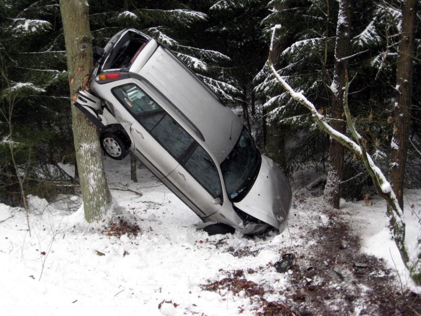 Pkw an Baum 'geparkt'