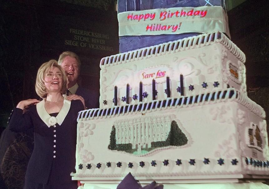 Hillary Clinton mit Torte zum 50.Geburtstag, 1997
