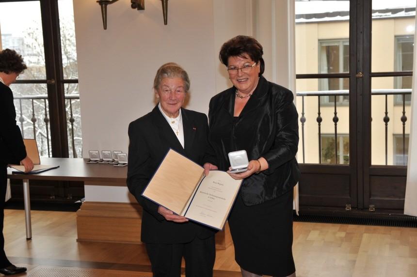 Rosa Wagner, 81, aus Viechtach (rechts) mit Barbara Stamm