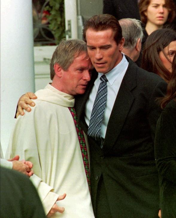 Arnold Schwarzenegger bei Beerdigung von Michael Kennedy, 1998
