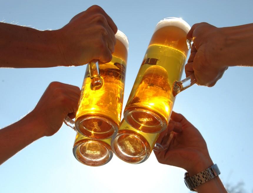 Hände mit Biergläsern Bier