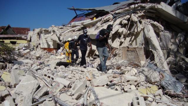 Haiti nach Erdbeben - Menschen in den Trümmern