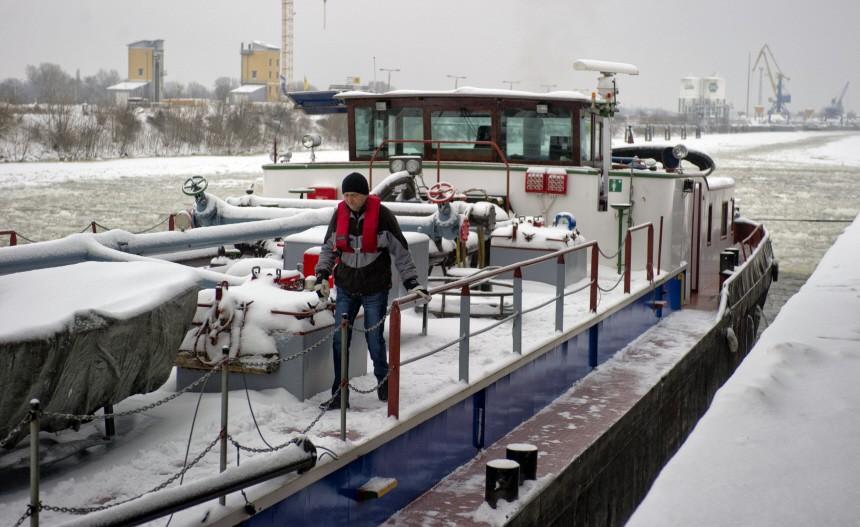 29 Binnenschiffe im Eis gefangen